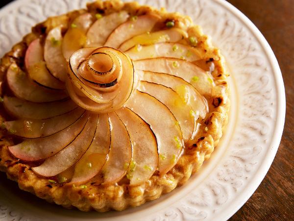 創業当時のレシピを引き継ぎ、昔と変わらぬ味を伝える伝統のアップルパイ。併設の工房でパティシエが一つずつ焼き上げるパイは、昔の記憶が蘇る、どこか懐かしい素朴な